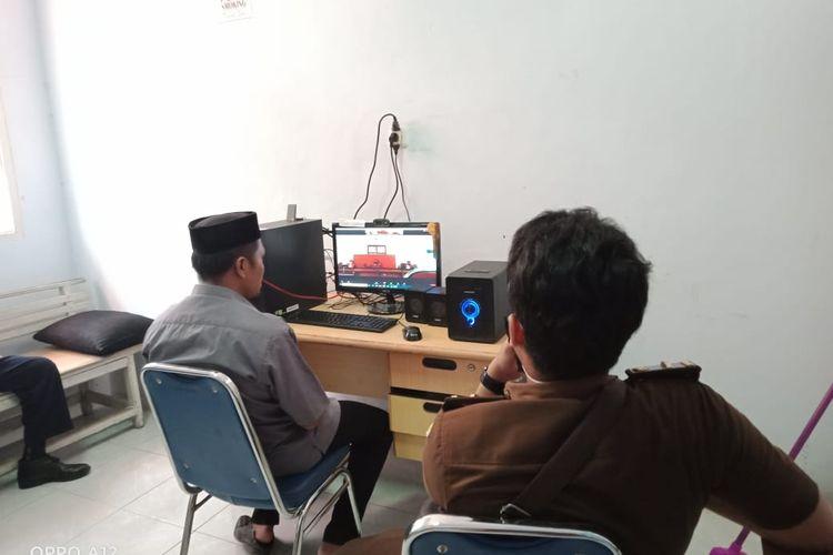 Suasana  Kepala Desa Lamatti Riawang,KecamatanBulupoddo Sinjai, MuhammadArfah, menghadiri pembacaan tuntutan di Pengadilan Tipikor Makassar, Sulawesi Selatan. Selasa (25/8/2020)