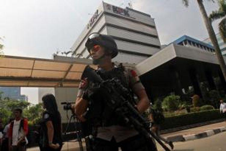 Anggota Gegana menjaga tempat kejadian perkara (TKP) penembakan anggota Provost Polri bernama Bripka Sukardi, di depan kantor KPK Jakarta Selatan, Rabu (11/9/2013). Bripka Sukardi tewas ditembak di Jl Rasuna Said tepatnya di depan Gedung KPK pukul 22.20.