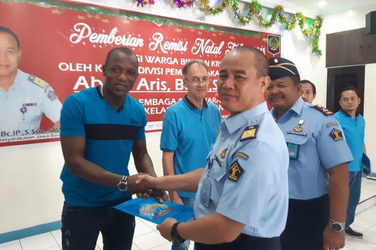 Kadivpas Kementerian Hukum dan HAM (Kemenkum HAM) Kanwil Jawa Barat Abdul Aris memberikan remisi kepada salah satu WBP Lapas Kelas II A Karawang, Selasa (25/12/2018).