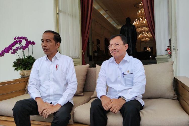 Presiden Joko Widodo bersama Menteri Kesehatan Terawan Agus Putranto mengumumkan kasus pertama positif Corona di Indonesia, di Istana Kepresidenan, Jakarta, Senin (2/3/2020).