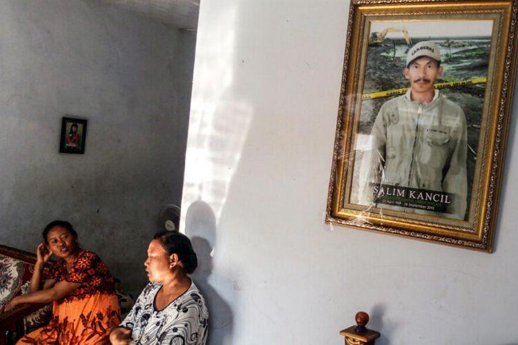 Ati Hayati, istri Tosan (kanan) dan Tijah (istri alm. Salim Kancil) berbincang di rumah Tijah, bulan September 2016, setahun setelah tragedi berdarah tambang ilegal di Desa Selok Awar-Awar, Kecamatan Pasirian, Kabupaten Lumajang, Jawa Timur.