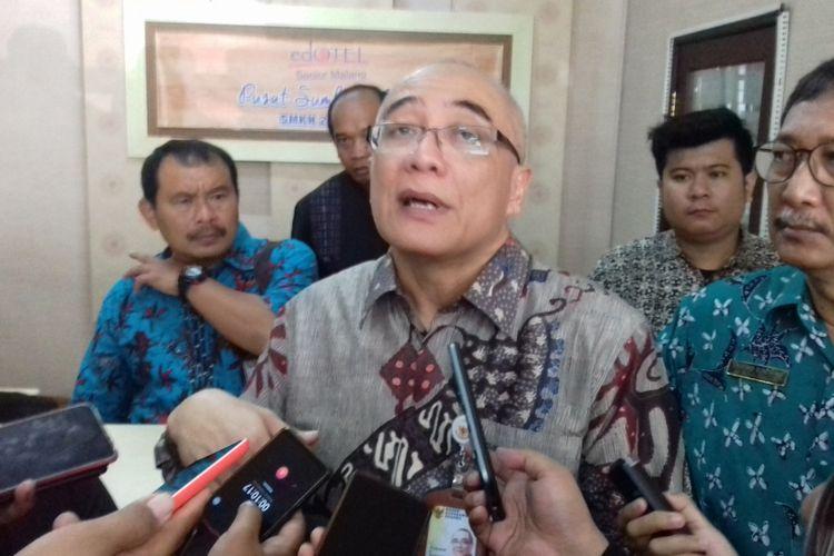 Kepala Badan Kepegawaian Negara (BKN) Bima Haria Wibisana saat meninjau tes CPNS di Kota Malang, Jumat (16/11/2018)