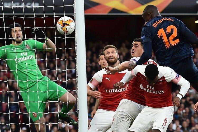 Petr Cech gagal mengantisipasi sundulan Mouctar Diakhaby pada pertandingan Arsenal vs Valencia dalam semifinal Liga Europa di Stadion Emirates, 2 Mei 2019.