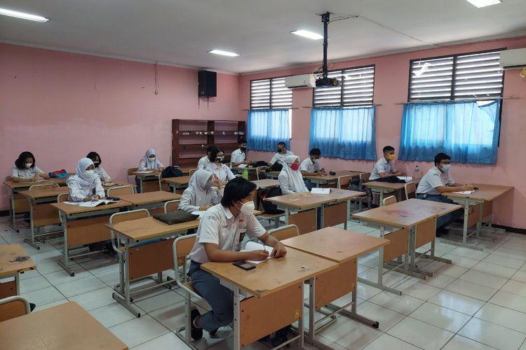 Para siswa kelas 12 MIPA 3 SMAN 1 Tangerang yang mengikuti uji coba pembelajaran tatap muka (PTM) perdana pada Senin (6/9/2021).