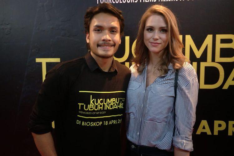 Randy Pangalila dan istrinya, Chelsey Frank dalam jumpa pers dan screening film Kucumbu Tubuh Indahku di XXI Plaza Indonesia, Thamrin, Jakarta Pusat, Senin (15/4/2019).