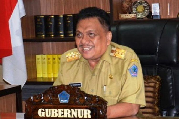 Gubernur Sulawesi Utara Olly Dondokambey memberikan bantuan 12 unit mesin produksi minyak kelapa untuk mengembangkan industri minyak goreng kelapa skala kelompok tani