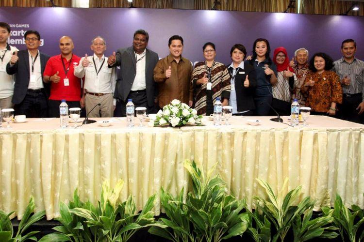 Ketua Inasgoc Erick Thohir (tengah) berfoto bersama Member of OCA Media Committee Tony Mariadass dan para anggota Inasgoc pada pembukaan Asian Games Media Forum di Jakarta-Palembang, 27-28 November 2017.