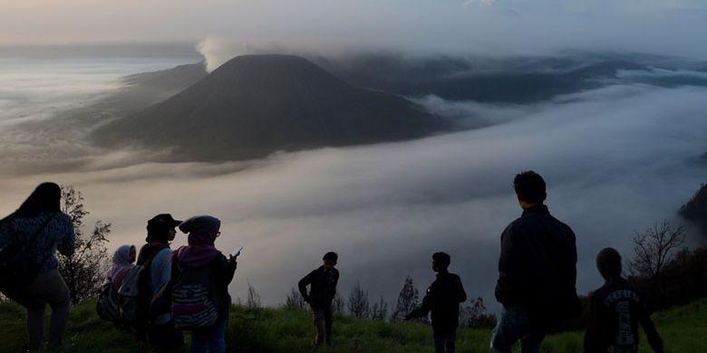 Wisatawan menikmati terbitnya matahari di Kawasan Obyek Wisata Gunung Bromo, Probolinggo, Jawa Timur, Senin (27/11/2017). Pengelola Balai Besar Taman Nasional Bromo Tengger Semeru (TNBTS) optimistis mampu menyumbang pendapatan negara dari sektor pariwisata sebesar Rp 20 miliar pada 2017, dari total penerimaan yang telah mencapai kisaran Rp 19 miliar.