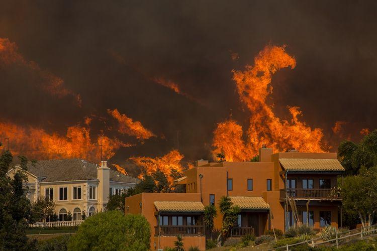 Kobaran api mendekati perumahan di kawasan Malibu, California, Jumat (9/11/2018). Warga Malibu, termasuk para selebritas, diperintahkan mengungsi karena api terus membesar.