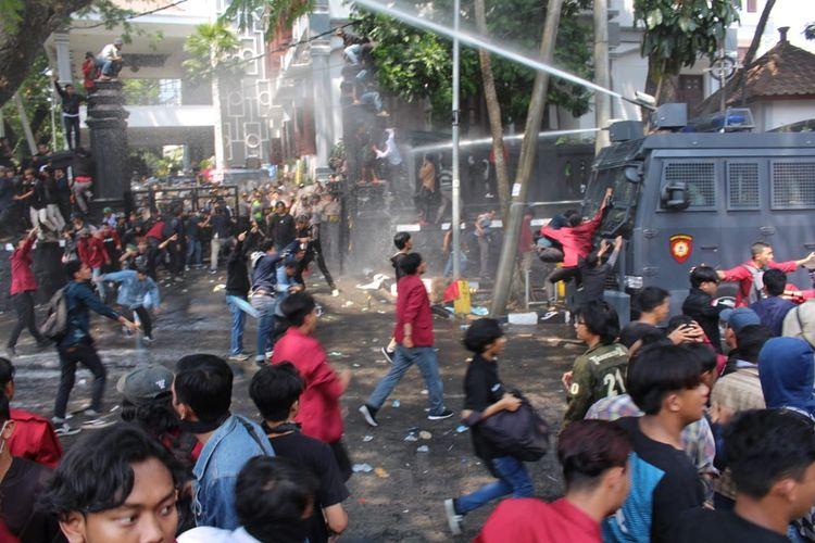 Demo mahasiswa ricuh, polisi menyemprotkan water canon dalam aksi demonstrasi di depan Gedung DPRD Kota Malang, Selasa (24/9/2019).