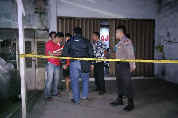 OLAH TKP--Nampak aparat Polres Madiun sementara melakukan olah tempat kejadian kasus penemuan mayat Darwin Nasution, driver ojek online yang ditemukan tewas bersimbah darah didalam kamarnya, Minggu (12/8/2019) malam.