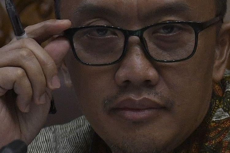 Terdakwa kasus dugaan suap terkait pengurusan proposal dana hibah Komite Olahraga Nasional Indonesia ( KONI) dan gratifikasi, Imam Nahrawi menyimak keterangan saksi dalam sidang lanjutan di Pengadilan Tipikor, Jakarta, Jumat (21/2/2020). Sidang mantan Menteri Pemuda dan Olahraga tersebut mengagendakan mendengar keterangan saksi diantaranya mantan Pejabat Pembuat Komitmen (PPK) Program Satuan Pelaksana Program Indonesia Emas ( Satlak Prima) Tahun 2017 Chandra Bakti dan Yuyun Sulistyawati, isteri Miftahul Ulum asisten pribadi Imam Nahrawi. FOTO ANTARA/Puspa Perwitasari/foc.