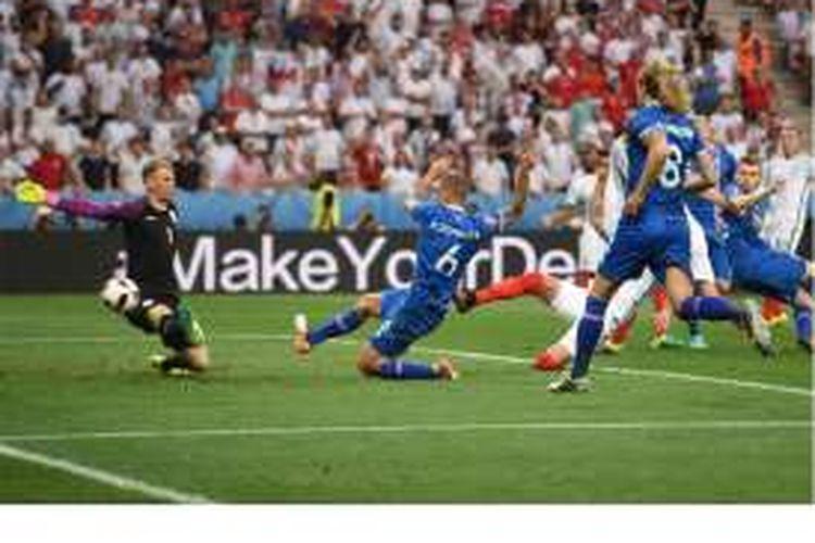 Penjaga gawang Inggris, Joe Hart, gagal menahan bola tendangan pemain Islandia, Ragnar Sigurdsson (nomor 6), pada pertandingan babak 16 besar Piala Eropa 2016 di Stadon Allianz Riviera, Nice, Senin (27/6/2016).