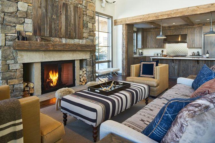 Desain gaya rustic yang melibatkan banyak material alam seperti kayu dan batu