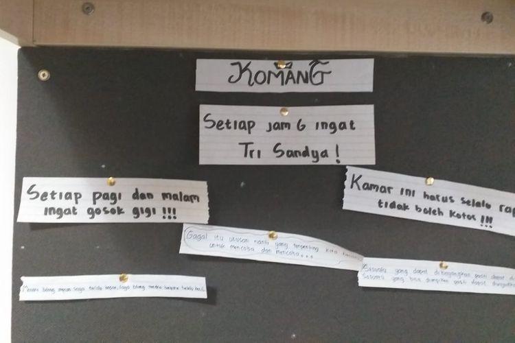 Tulisan-tulisan kalimat motivasi yang terdapat di kamar bek Garuda Select, Komang Teguh Trisnanda.