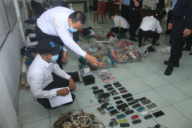 Petugas Lapas Merah Mata Kelas 1 Palembang melakukan pengeledahan secara mendadak seluruh ruang sel tahanan. Hasilnya, mereka banyak menemukan barang berbahaya yang dilarang masuk, seperti handphone, korek api, hingga sendok yang dimodifikasi menjadi saja, Selasa (26/1/2021).
