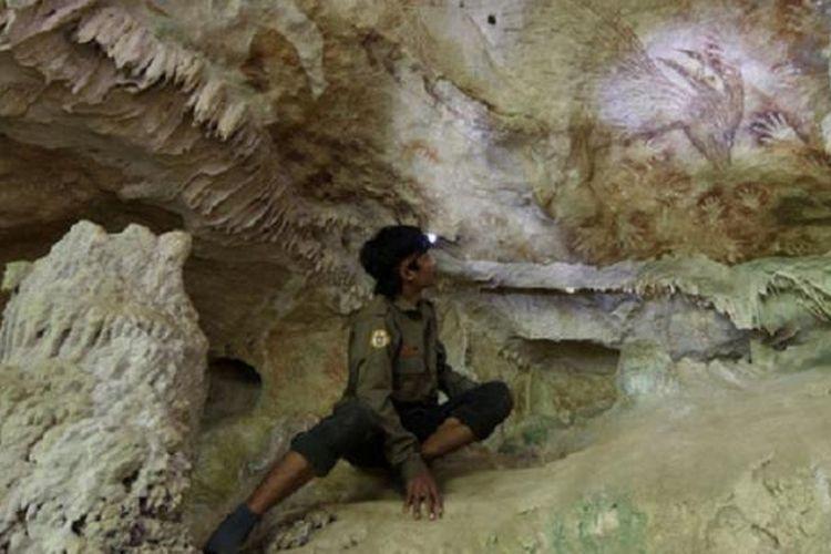 Gambar Anoa dan stensil tangan menjadi salah satu temuan gambar cadas yang fenomenal di goa Uhalie, Bone, Sulawesi Selatan. Temuan gambar-gambar cadas di Sulawesi selatan berusia sama dengan temuan di El Castillo di Spanyol yang berumur sekitar 40.000 tahun yang lalu.