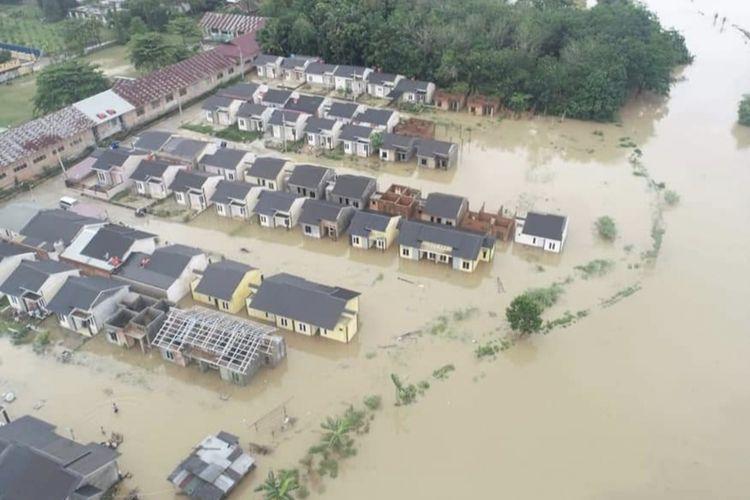 Kondisi banjir yang terjadi di Kota Pekanbaru akibat luapan sungai karena tingginya intensitas hujan, Kamis (22/04/2021).