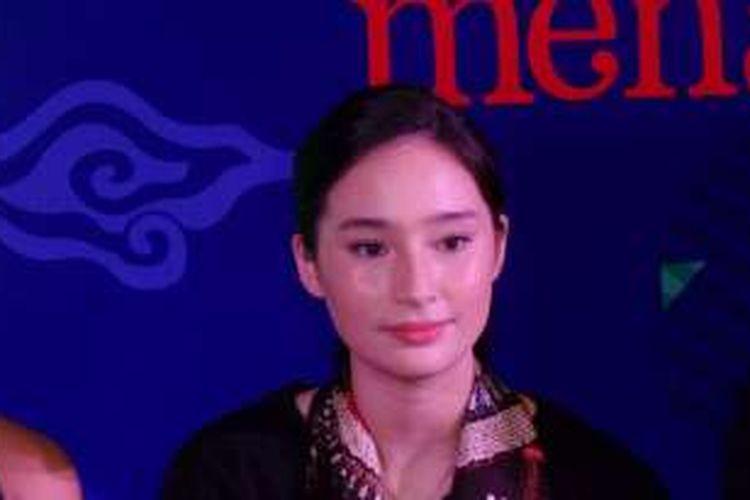 Tatjana Saphira diabadikan dalam kegiatan Indonesia Menari 2016, yang diselenggarakan di delapan titik di East Mall, Grand Indonesia, Thamrin, Jakarta Pusat, Minggu (20/11/2016).