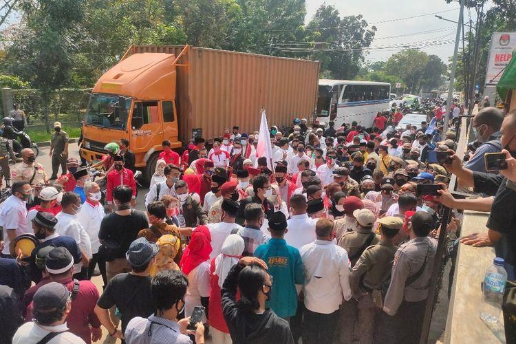 Sejumlah relawan pendukung bakal pasangan calon Wali kota dan wakil wali kota Tangerang Selatan Muhamad dan Rahayu Saraswati Djojohadikusumo di depan Gedung KPU Tangsel, Jumat (4/9/2020)