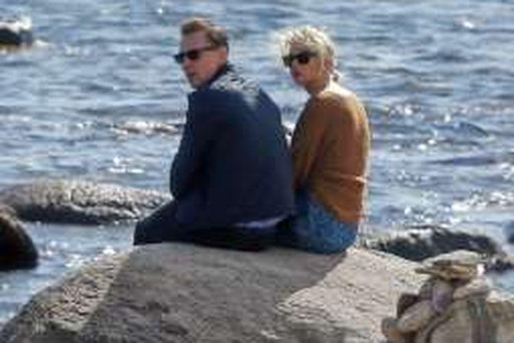 Penyanyi Taylor Swift dan aktor Tom Hiddleston di sebuah pantai di Rhode Island, Amerika Serikat, Selasa (14/6/2016).