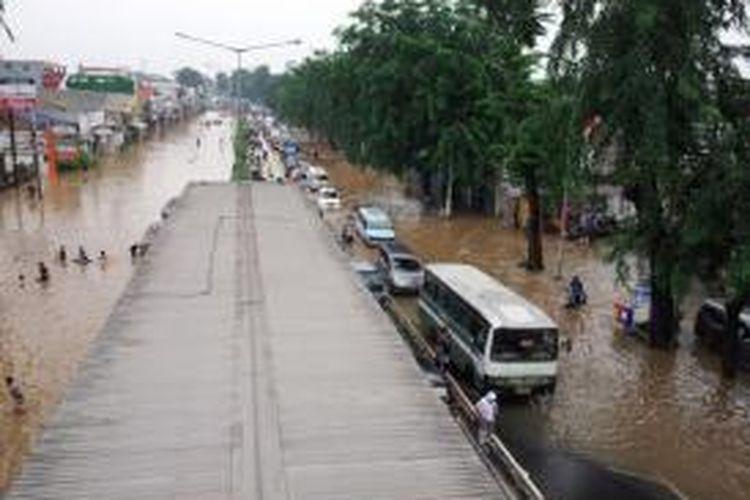 Banjir di Jalan Otista Raya yang menuju Kampung Melayu maupun Kampung Rambutan, Senin (13/1/2014).