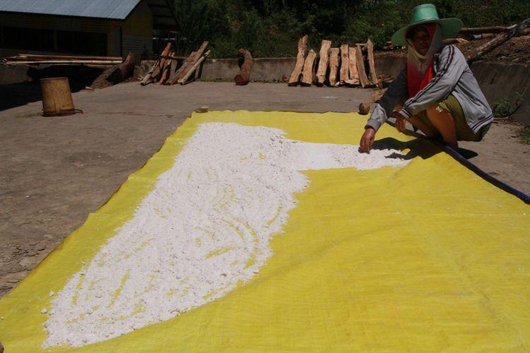 Petani garam di Pa' Nado Krayan Kaltara menunjukkan hasil olahan garam gunung Krayan