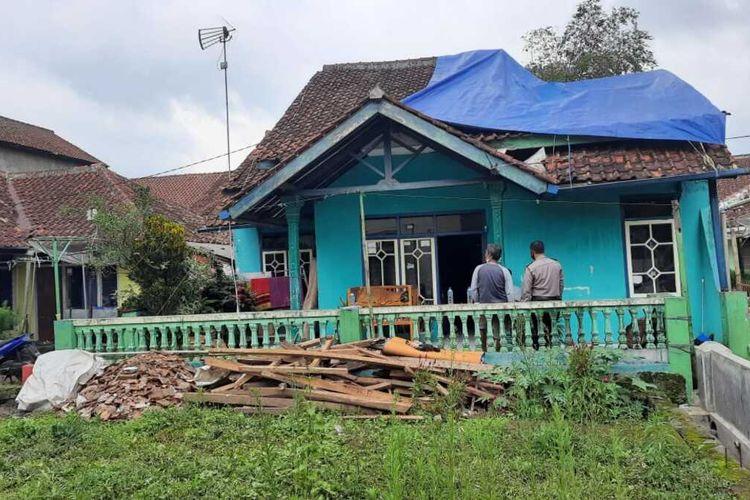 Sebuah rumah yang dihuni 8 anggota keluarga ambruk akibat gempa Pangandaran di Desa Manggungjaya, Kecamatan Rajapolah, Kabupaten Tasikmalaya, Minggu (25/10/2020).