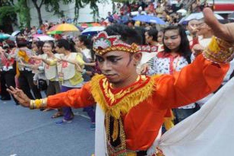 Warga  menari Remo bersama  pada Surabaya Urban Culture Festival 2013 di Jalan Tunjungan, Surabaya, Minggu (19/5/2013).  Acara yang diikuti oleh seribu peserta tersebut mengajak masyarakat umum untuk lebih peduli melestarikan budaya bangsa khususnya khas Jawa Timur.