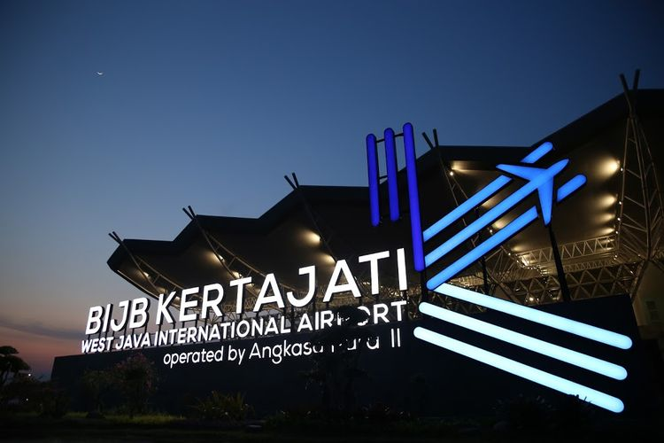 Pemandangan Bandara Internasional Kertajati pada malam hari.
