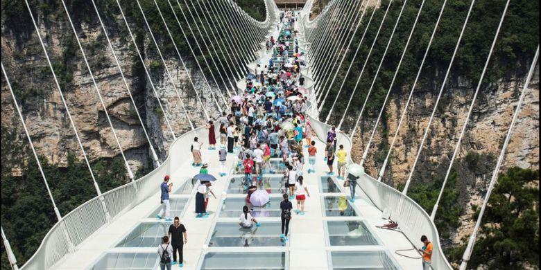 Jembatan kaca gantung Hongayu di Provinsi Hebe, China, diklaim sebagai jembatan kaca terpanjang di dunia.