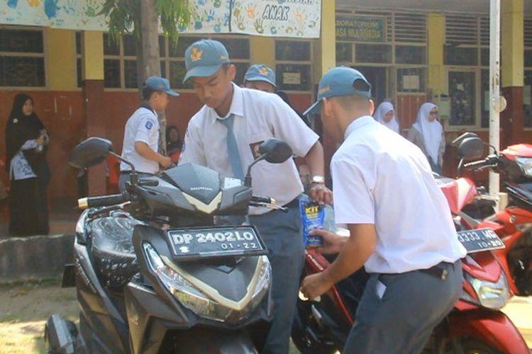 Memperingati Hari Guru Nasional, pelajar SMA Negeri 1 Kota Parepare, Sulawesi Selatan, mencuci sepeda motor milik guru mereka, Senin (25/11/2019).