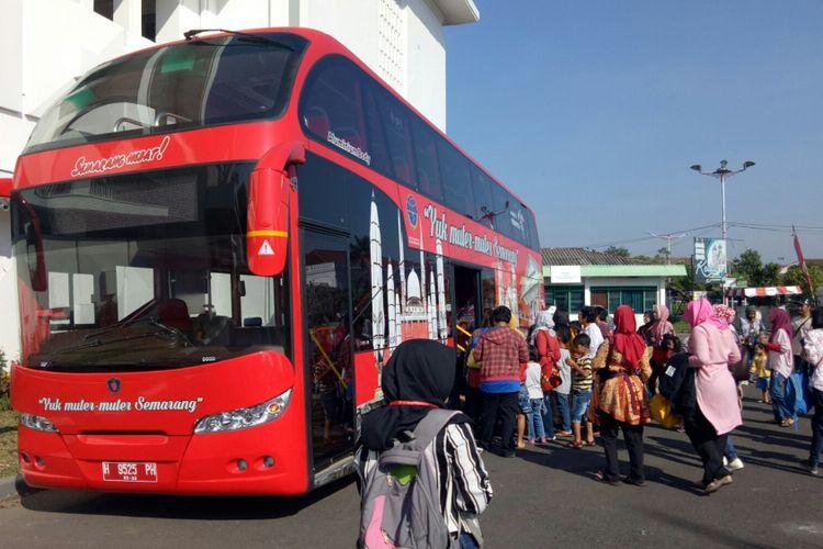 Wisatawan yang mulai menaiki bus tingkat wisata kota Semarang, tur yang dimulai dari Museum Mandala Bhakti ini pukul 08.00 WIB, Jumat (6/9/17).