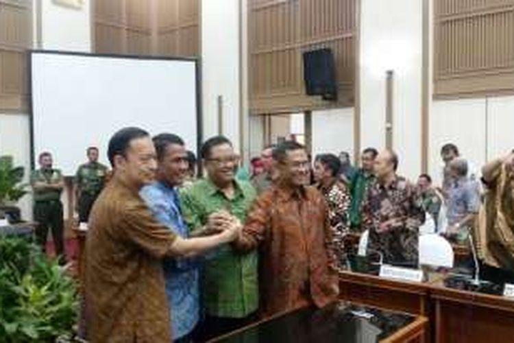 Empat Menteri Kabinet Kerja, Menteri Perdagangan Thomas Lembong, Menteri Pertanian Amran Sulaiman, Menteri Perindustrian Saleh Husin, dan Menteri Koperasi UKM AAGN Puspayogadalam Rapat Koordinasi Distribusi Pangan di Kementerian Pertanian Jakarta, Jumat (10/6/2016).