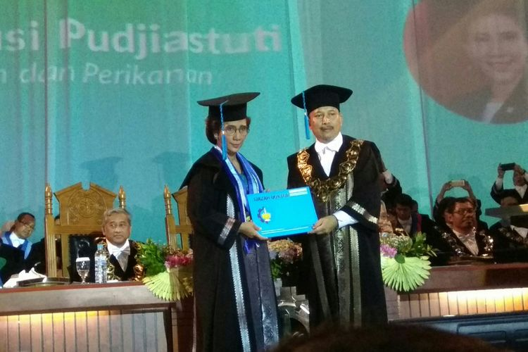 Menter Susi mendapat gelar honoris causa dari ITS Surabaya