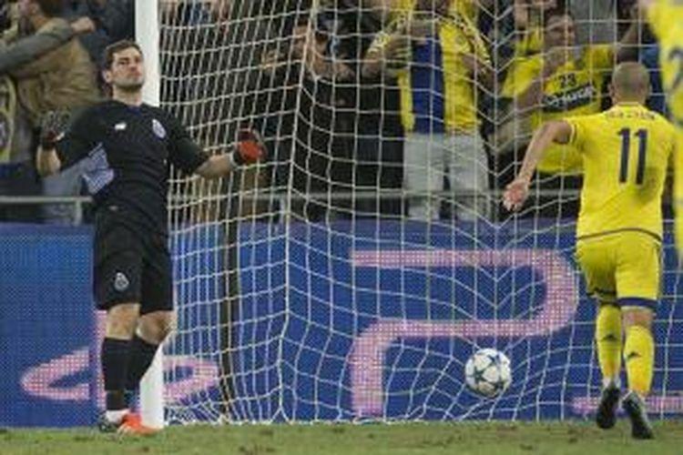Ekspresi Iker Casillas saat gawang Porto kebobolan oleh penalti dari pemain Maccabi Tel Aviv, Rabu (4/11/2015).