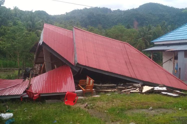 Salah satu rumah warga di Desa Kayuangin, Kecamatan Malunda, Majene, yang ambruk saat gempa berkekuatan magnitudo 6,2, Jumat (16/1/2021).