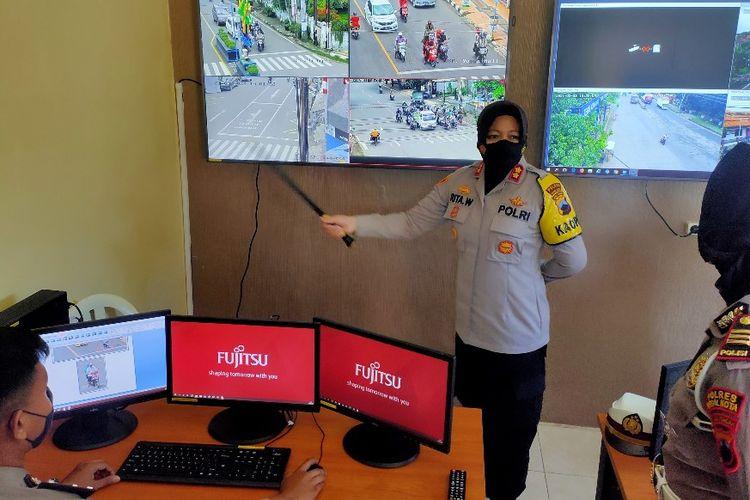 Kapolres Tegal Kota AKBP Rita Wulandari melihat layar monitor yang menampilkan tangkapan CCTV titik pantau dari ruang monitoring di Mapolres Tegal Kota, Selasa (23/3/2021).