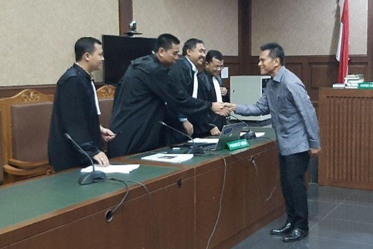 Pendiri sekaligus eks Direktur Utama PT MRA Soetikno Soedarjo menyalami para jaksa usai sidang pembacaan dakwaan di Pengadilan Tipikor Jakarta, Kamis (26/12/2019).