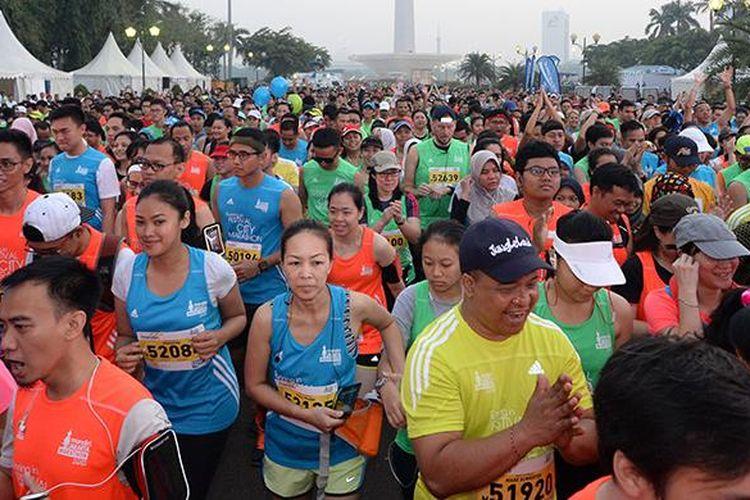 Para peserta Mandiri Jakarta Marathon 2015 memulai start di Silang Monas Barat Daya, Jakarta, Minggu (25/10/2015).