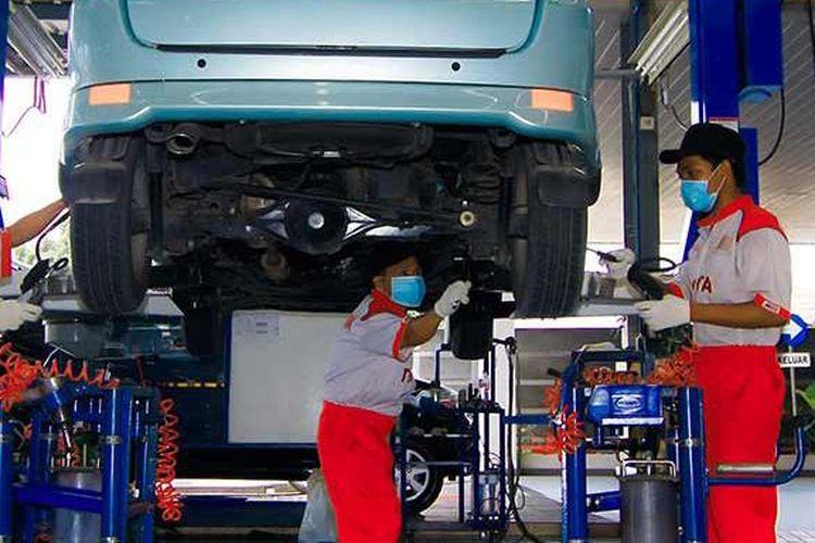 Ilustrasi perbaikan mobil Toyota di diler resmi.