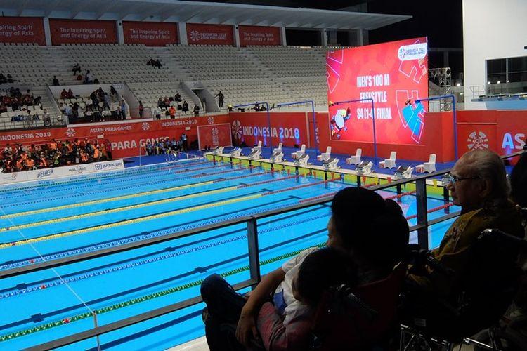 Mantan menteri Orde Baru, Emil Salim memberi dukungan huat atlet para-rennag Indonesia secara langsung.