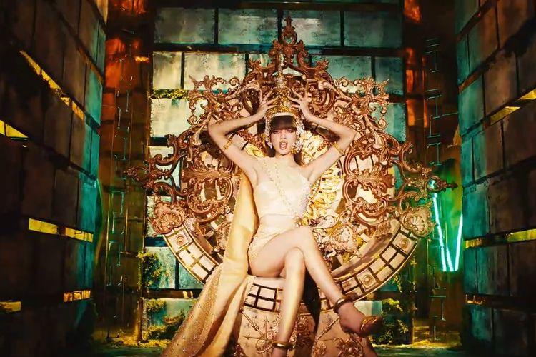 Lisa BLACKPINK mengenakan pakaian dengan unsur budaya Thailand dalam video klip single debutnya, Lalisa.