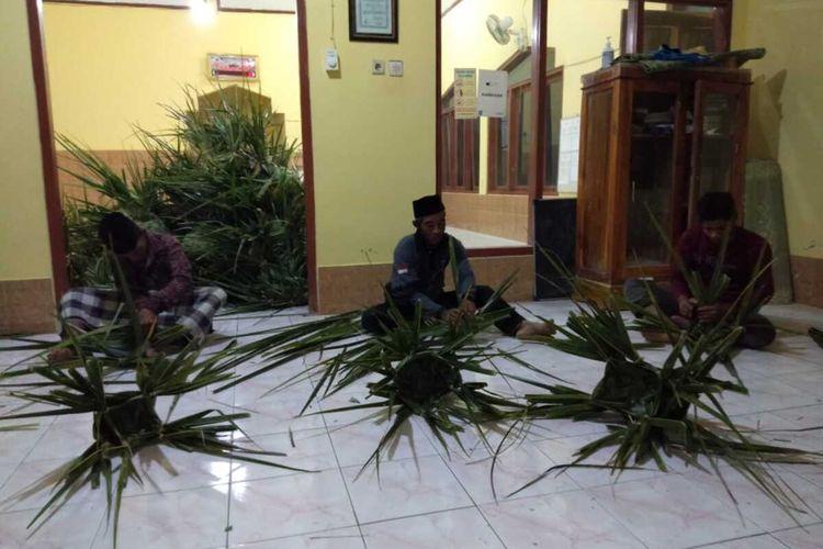 Jemaah Masjid Al-Azhar di Pedukuhan Kroco, Kalurahan Sendangsari, Kapanewon Pengasih, mempertahankan penggunaan dhekon atau sarangan untuk membungkus daging kurban. Dhekon ini wadah yang dibuat dari anyaman daun kelapa kemudian sering pula dilapisi dengan daun jati.