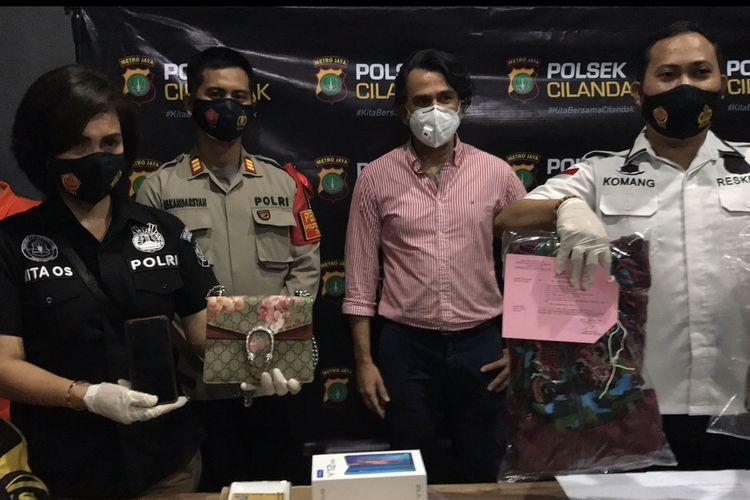 Pasangan suami istri yang bekerja sebagai pembantu rumah tangga ditangkap Polsek Cilandak lantaran mencuri barang-barang di rumah artis senior, Jeremy Thomas di bilangan Lebak Bulus, Jakarta Selatan.