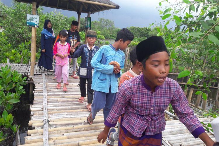 Anak-anak yang mengunjungi Hutan Mangrove Ecomarine di Muara Karang, Jakarta Utara