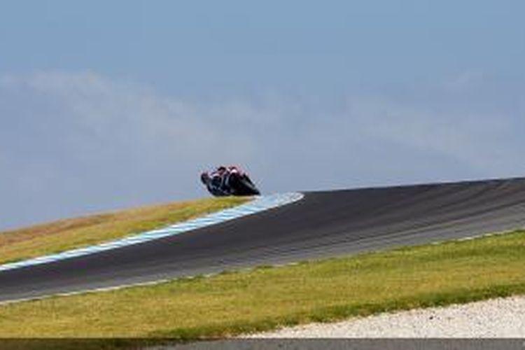 Pebalap Yamaha Factory Racing asal Spanyol Jorge Lorenzo memacu motornya di Sirkuit Phillip Island pada hari ketiga uji coba, Rabu (5/3/2014).