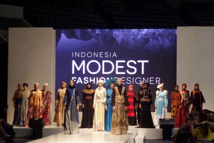 Parade busana para desainer modest wear yang ditampilkan pada opening ceremony Indonesia Modest Fashion Week (2019).