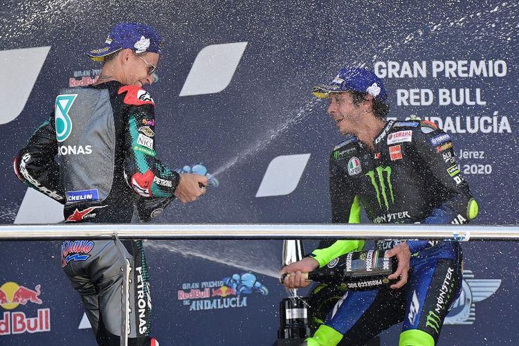 Fabio Quartararo berbagi podium bersama Valentino Rossi seusai balapan MotoGP Andalusia di Sirkuit Jerez pada 26 Juli 2020.
