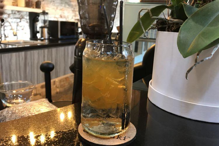Golder Sparkling campuran kunyit asam shot dengan gula dan soda.